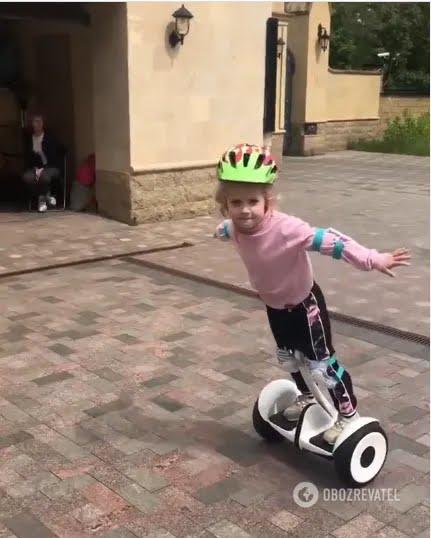 Дочь Пугачевой и Галкина катается на гироскутере