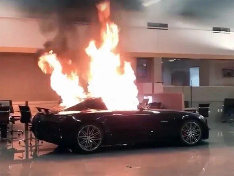 В автосалоне уничтожили новые Mercedes