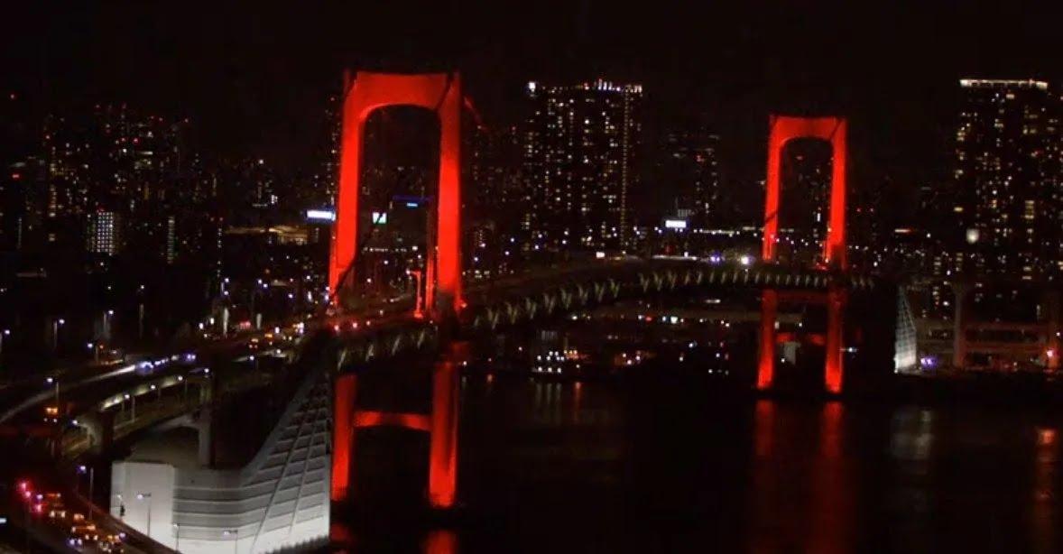 """У Токіо """"Райдужний міст"""" став червоного"""