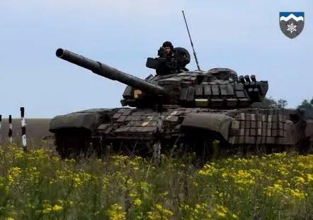 Украинские военные устроили гонку на танках