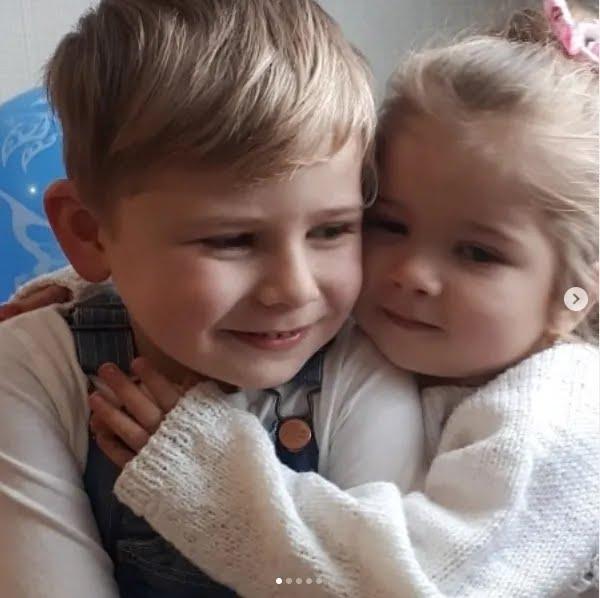 Погибший Арсен с сестричкой Ариной, которой удалось выжить в страшном ДТП