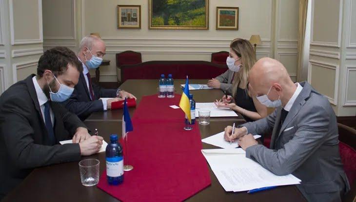 Эмине Джапарова встретилась с послом Франции в Украине Этьеном де Понсеном