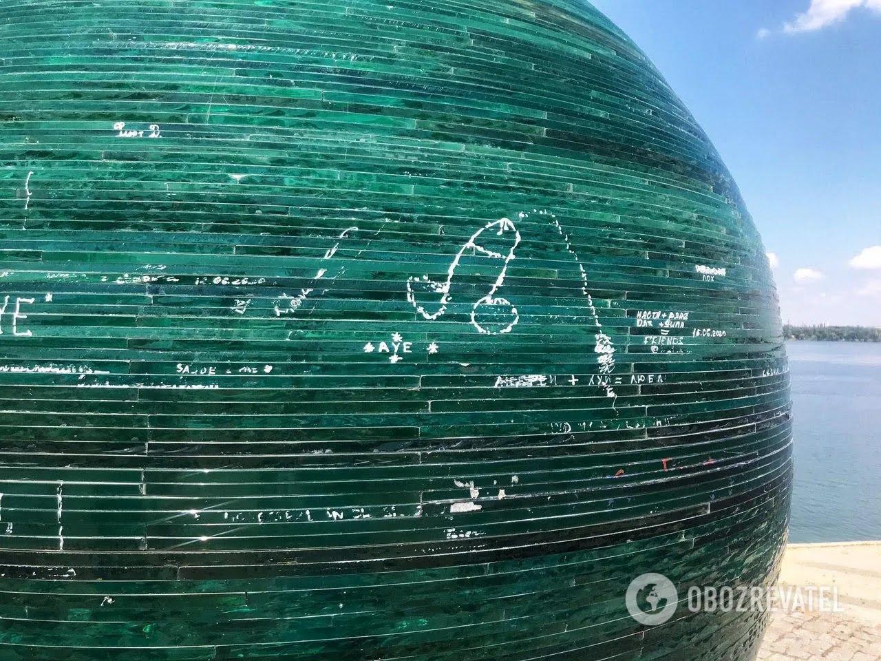 В Днепре вандалы оставляют нецензурные надписи и символы на шаре желаний