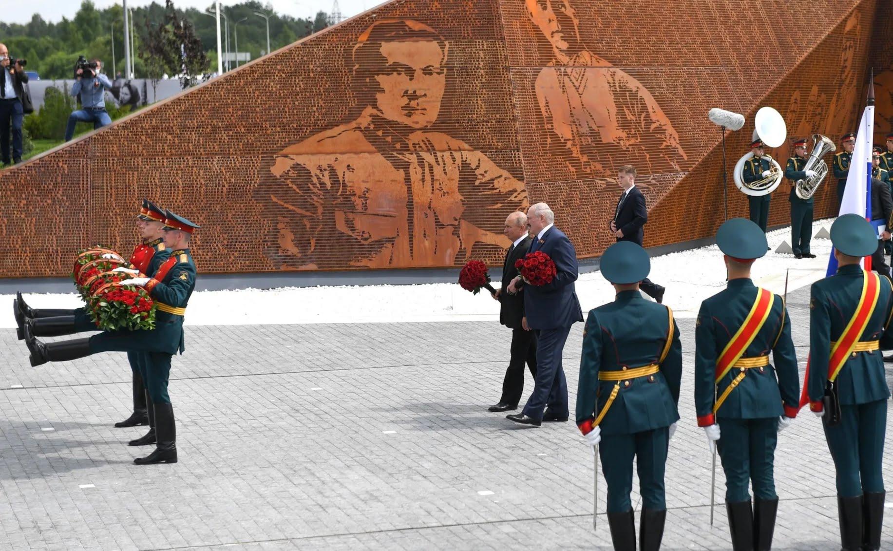 Путин и Лукашенко на открытии мемориала под Ржевом