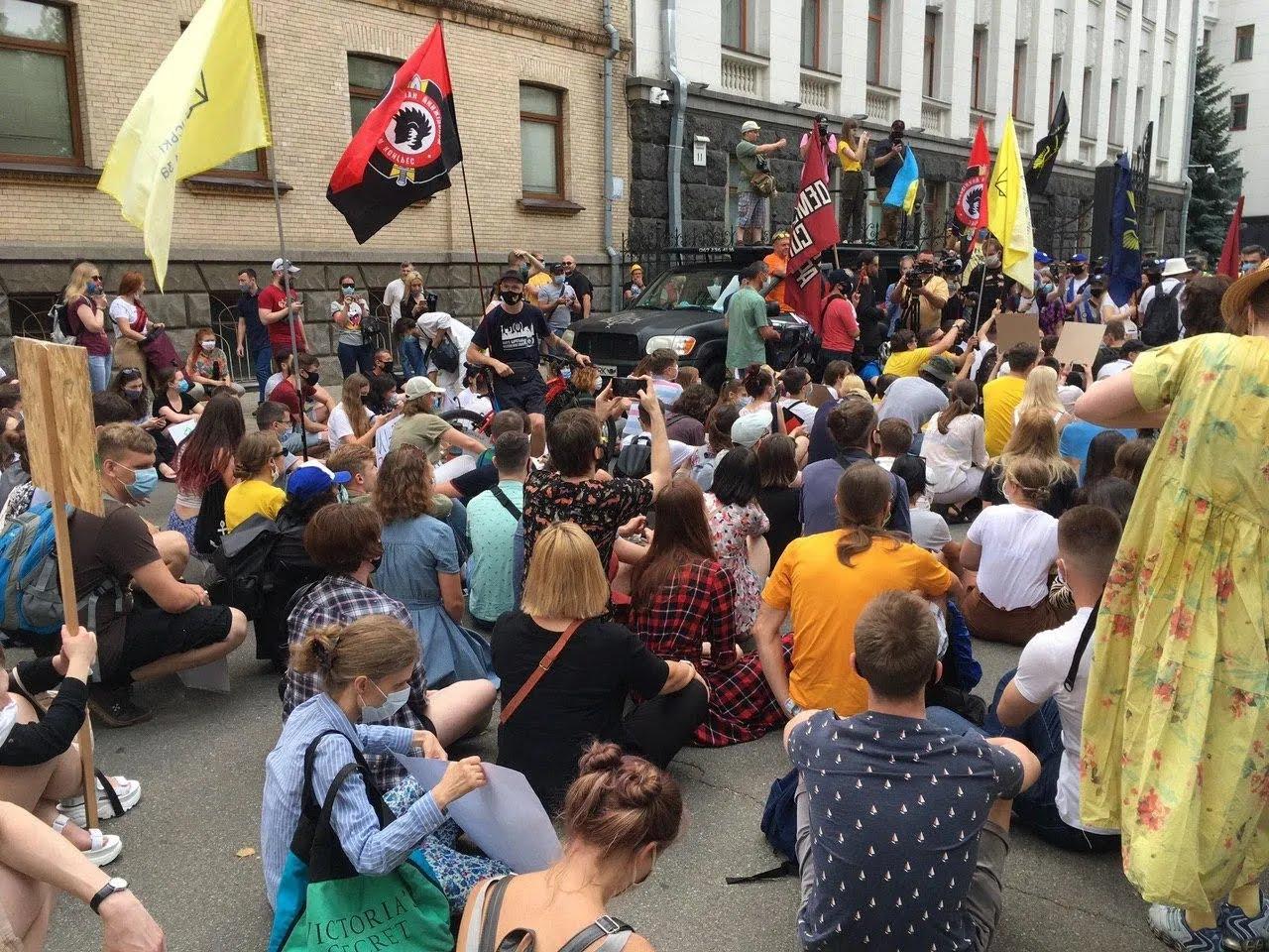 Многолюдный митинг на Банковой