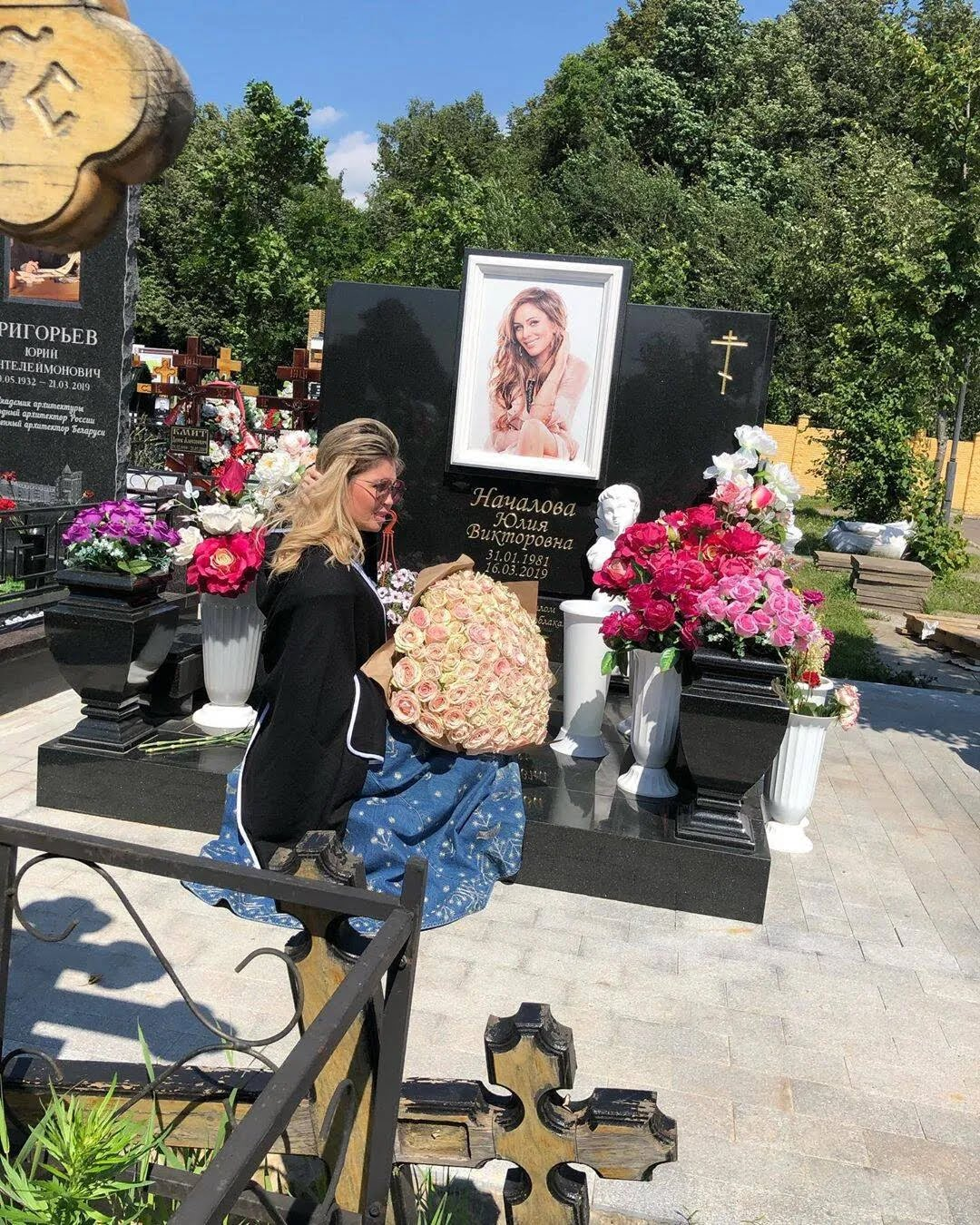 Елена Метлюк на могиле Юлии Началовой (Instagram Елены Метлюк)
