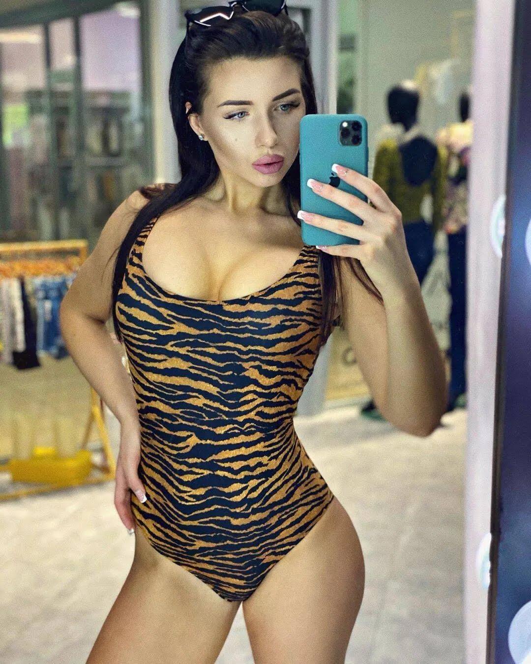 Дівчина Владислава Кочергіна Карина в леопардовому купальнику