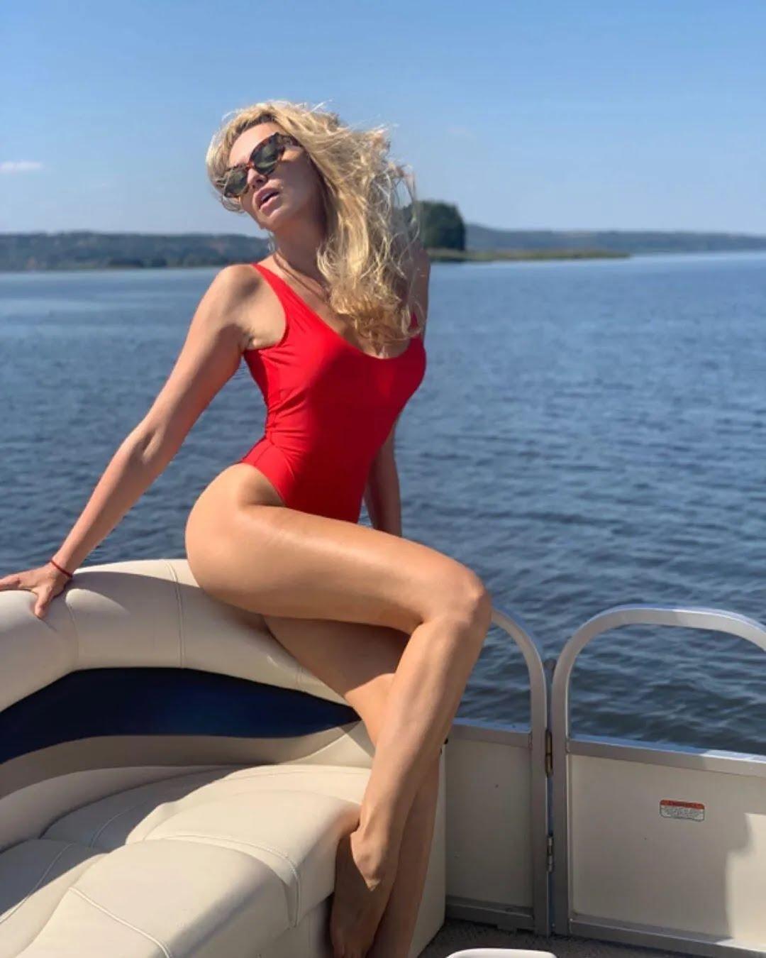 Оля Полякова сексуально позирует на камеру (Instagram Оли Поляковой)