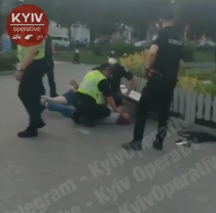 """В центре Киева открыли стрельбу и пытались """"задуть"""" правоохранителей газом"""