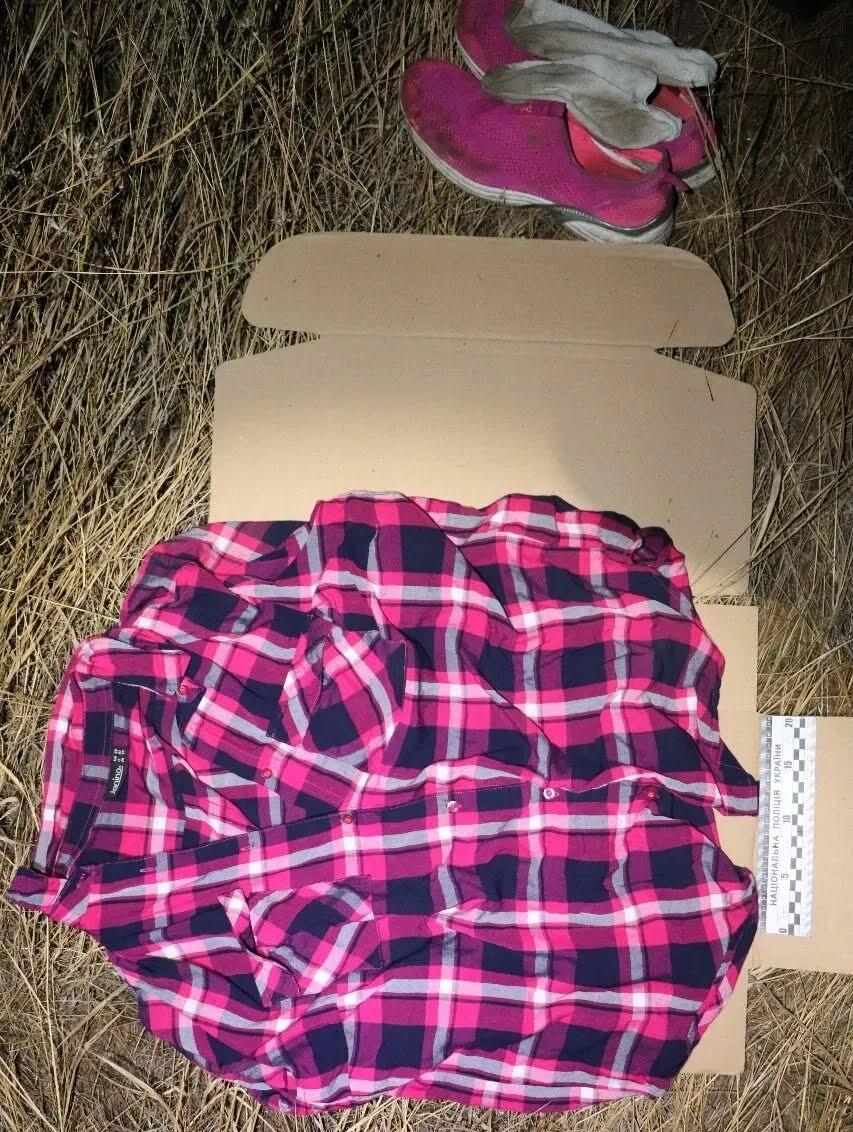 Под Одессой нашли тело полуобнаженной девушки: вещи обнаружили далеко в поле