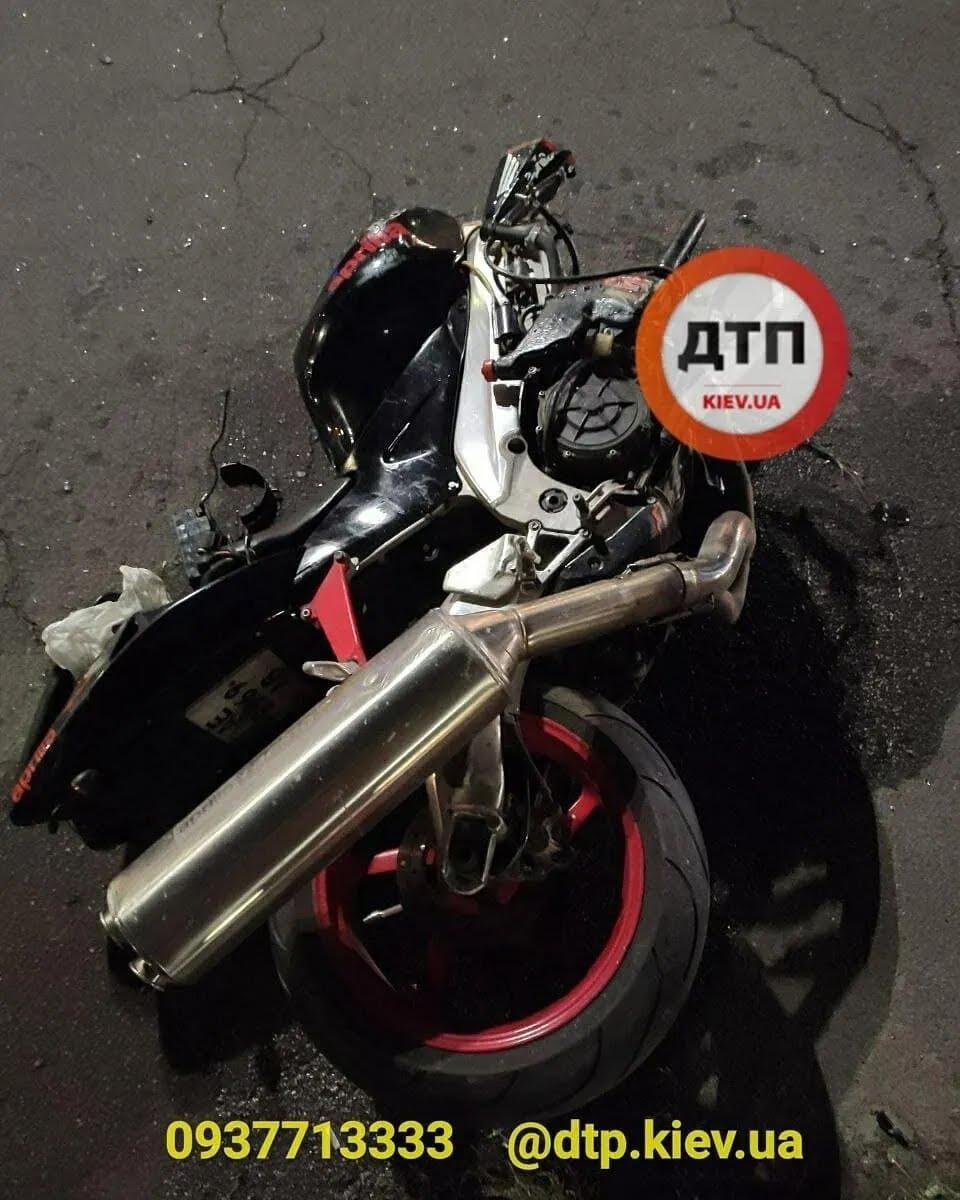 На Троєщині зіткнулися мотоцикл і авто