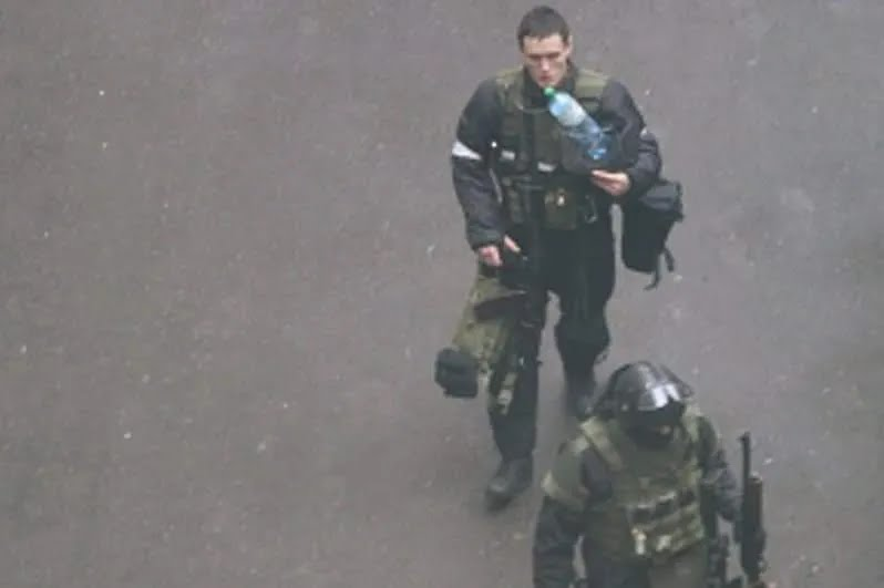 Беркутовец во дворе СБУ во время событий в Украине 2014 года, которого сочли похожим на Бакуновича