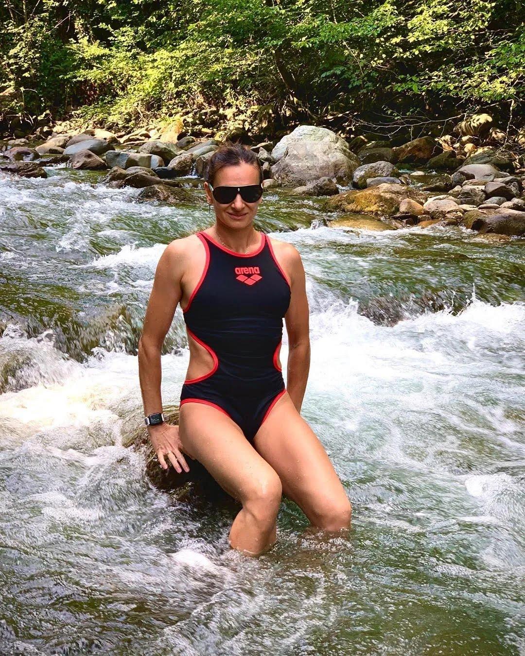 Елена Исинбаева в горной реке