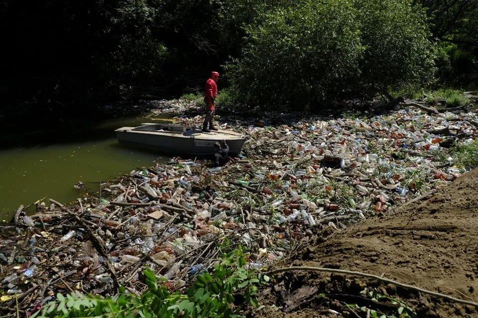 Рятувальники намагаються розчистити річку від сміття