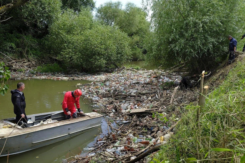 Сміття в річках став результатом дощів і людської діяльності