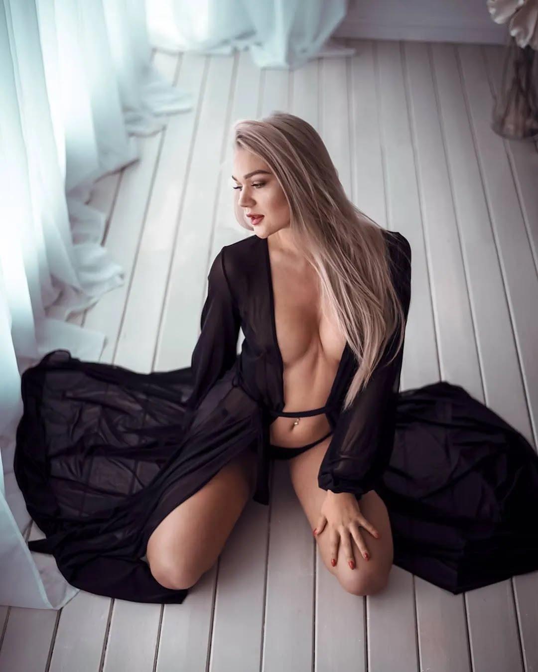 Сандра Россме в прозорому одязі