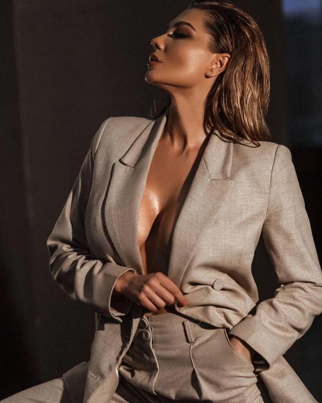 Марина Андрієнко відкрила груди