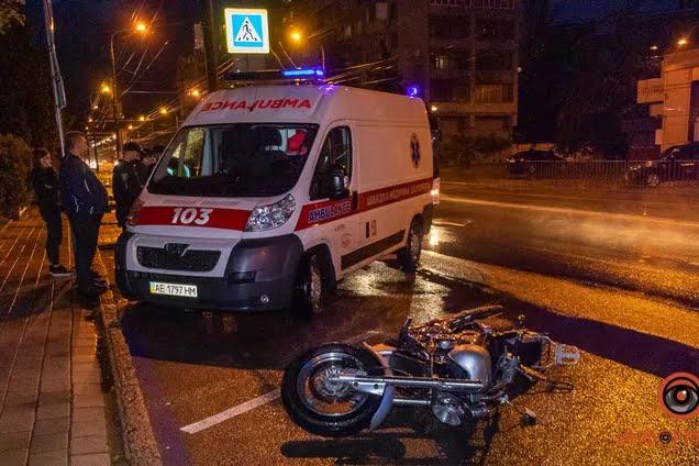 В Днепре на Набережной мотоциклист сбил молодых девушек