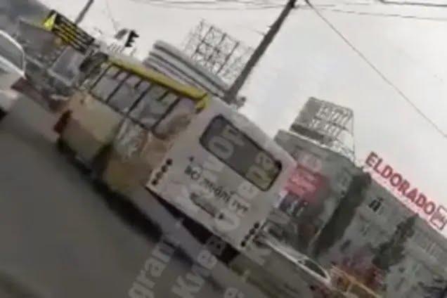 У Києві напіврозвалену маршрутку зняли на відео