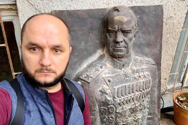 Богдан Гіганов біля барельєфа Жукову в Одесі