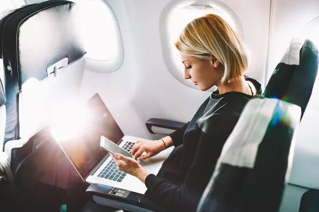 Кабмін дозволив українцям користуватися інтернетом в літаку