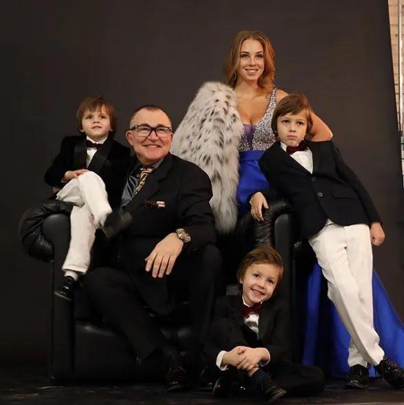 Дмитрий Дибров с женой Полиной и детьми