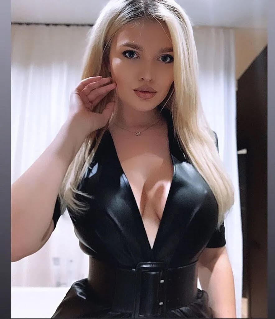 Наталья Болюх сексуально позирует на камеру