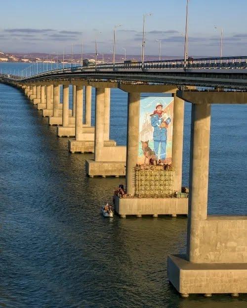 """Кримський міст """"прикрасили"""" муралом"""