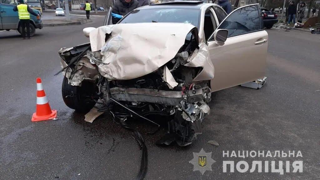 Разбитый Lexus