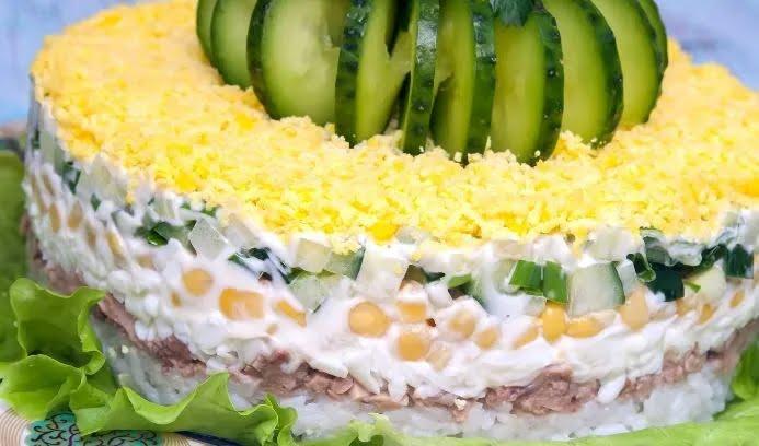 Салат с рисом и печенью трески.