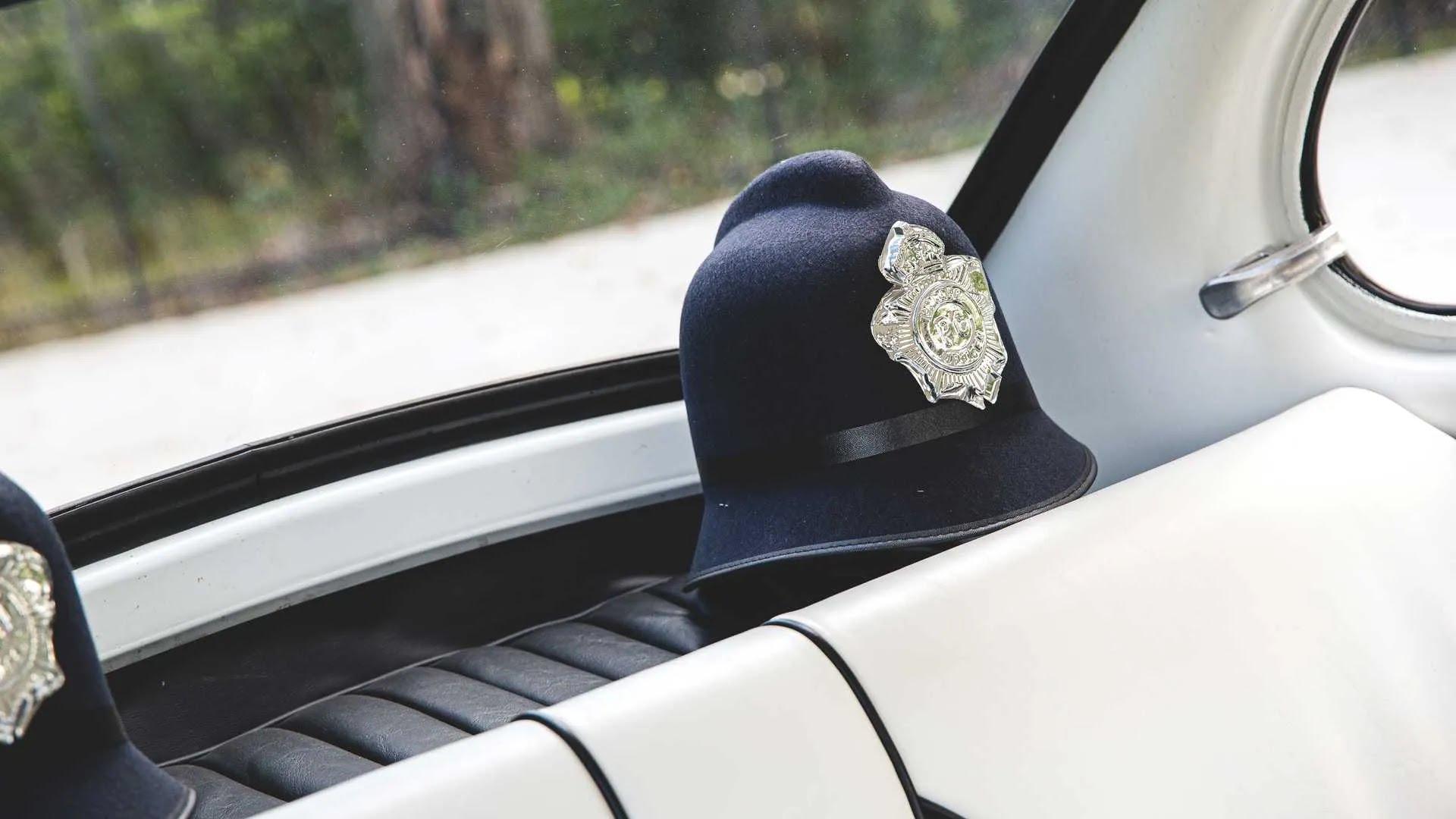 У комплекті пропонується пара поліцейських головних уборів