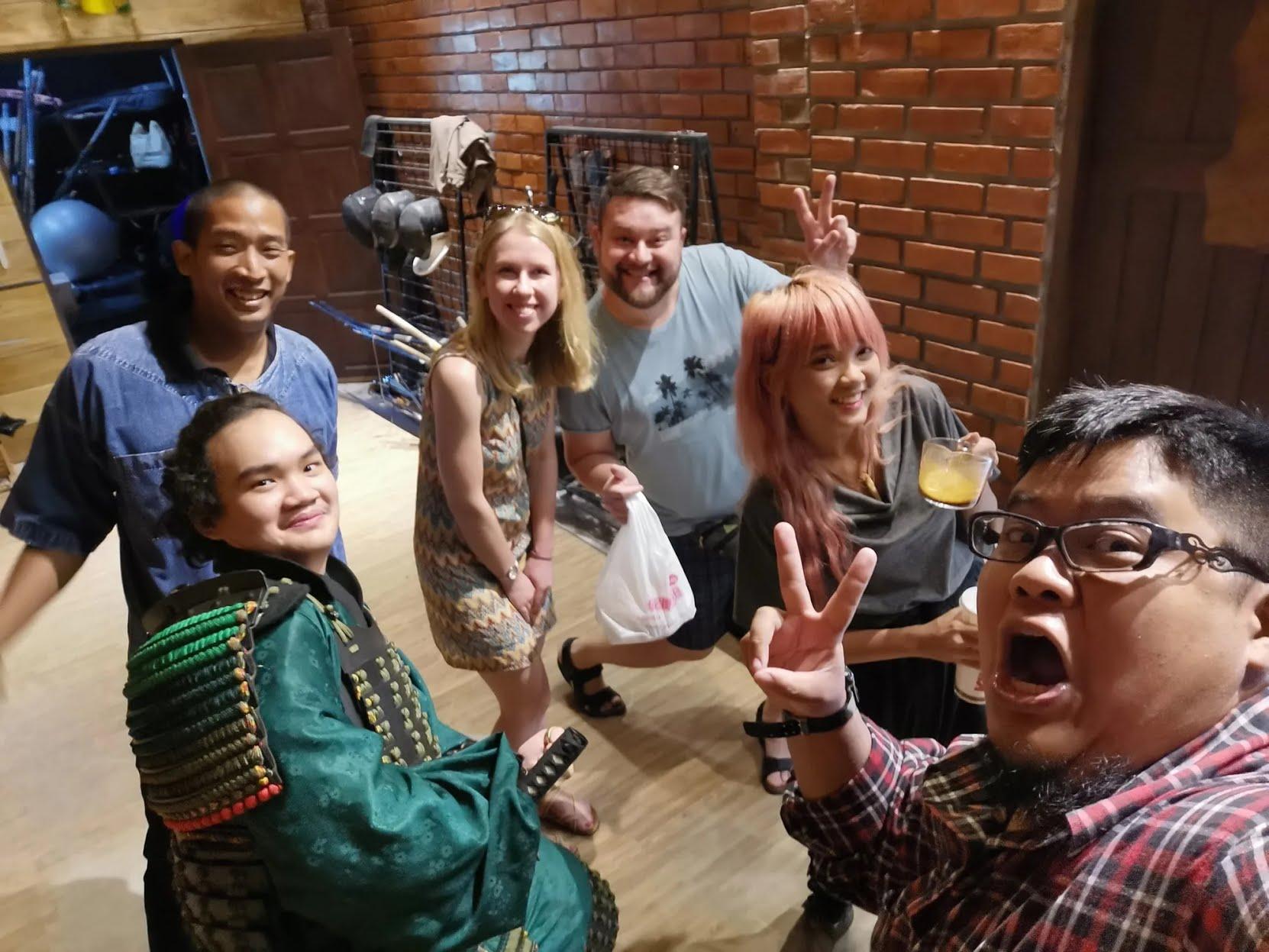 Фото Сергея с супругой (посередине) из Таиланда