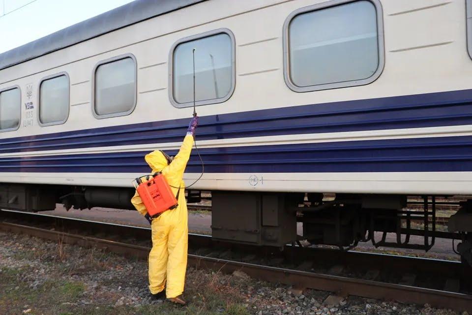 Спасатели провели обеззараживание поезда