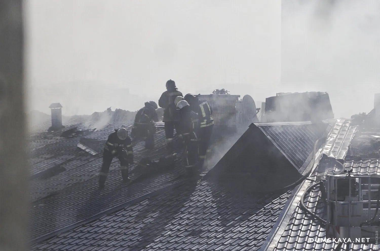 В масштабном пожаре в Одессе пострадали двое спасателей