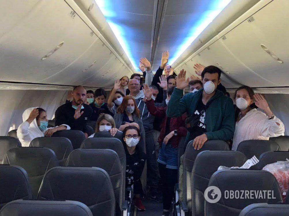 Пасажирів не випускають із літака
