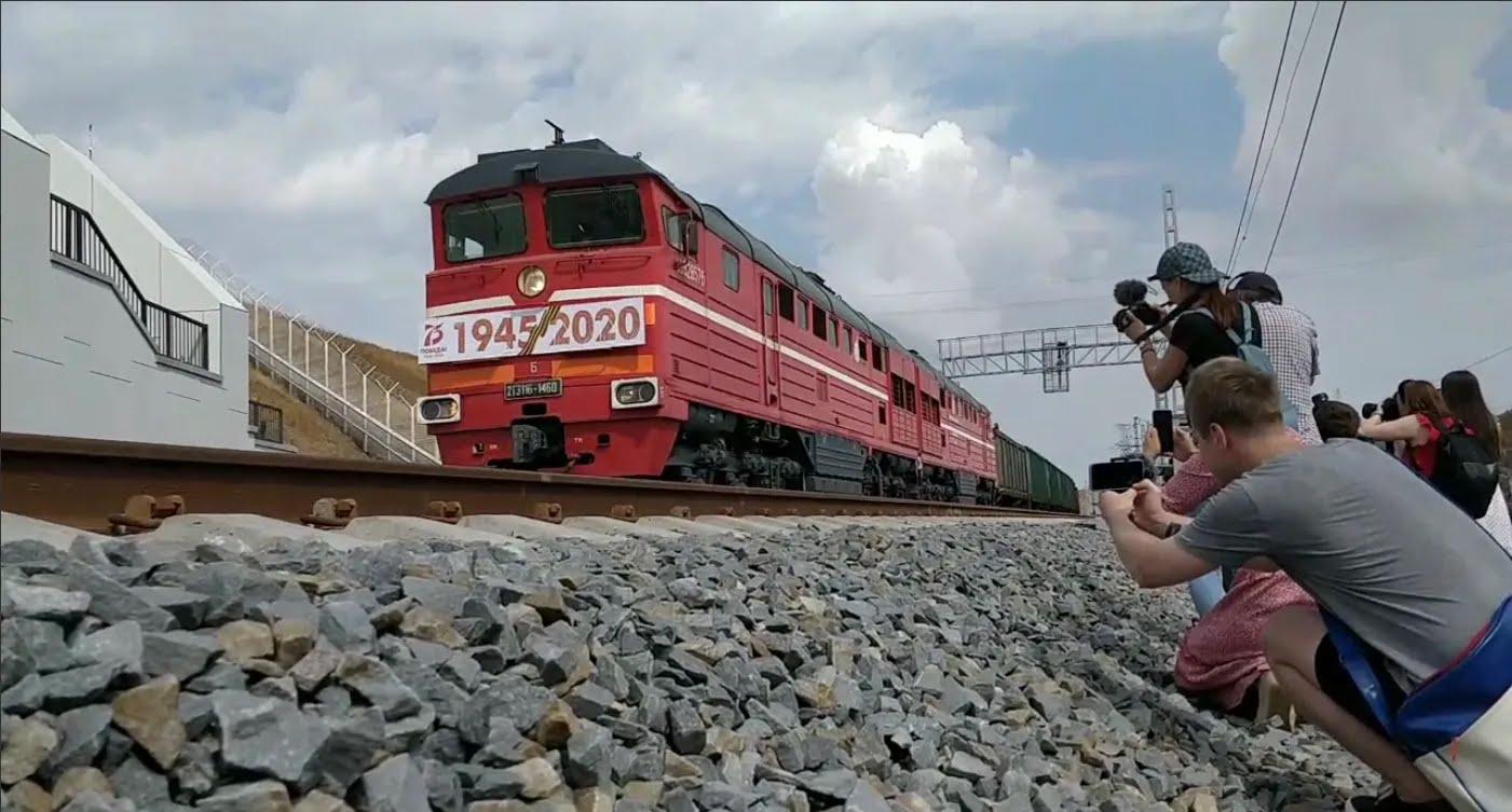 По Керченскому мосту запустили грузовые поезда в аннексированный Крым